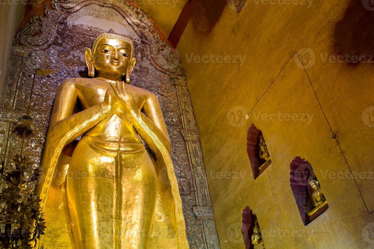 Boeddha beeld bij ananda tempel foto