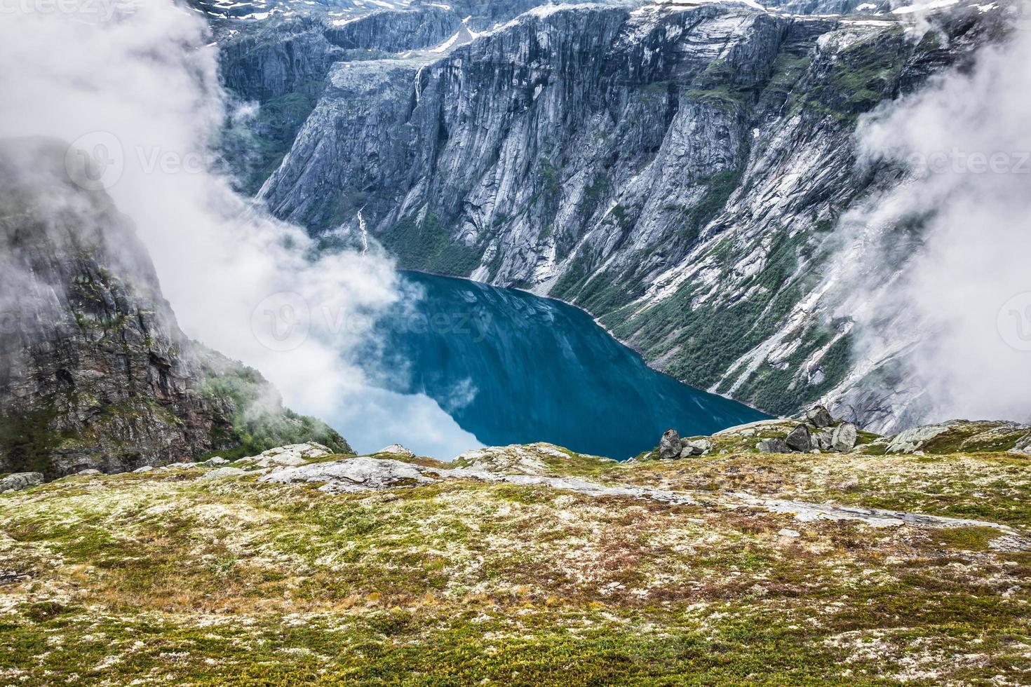 prachtig Noors landschap met bergen foto