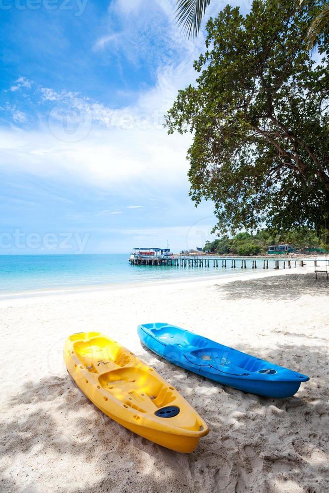 kajaks op het tropische strand in Thailand foto