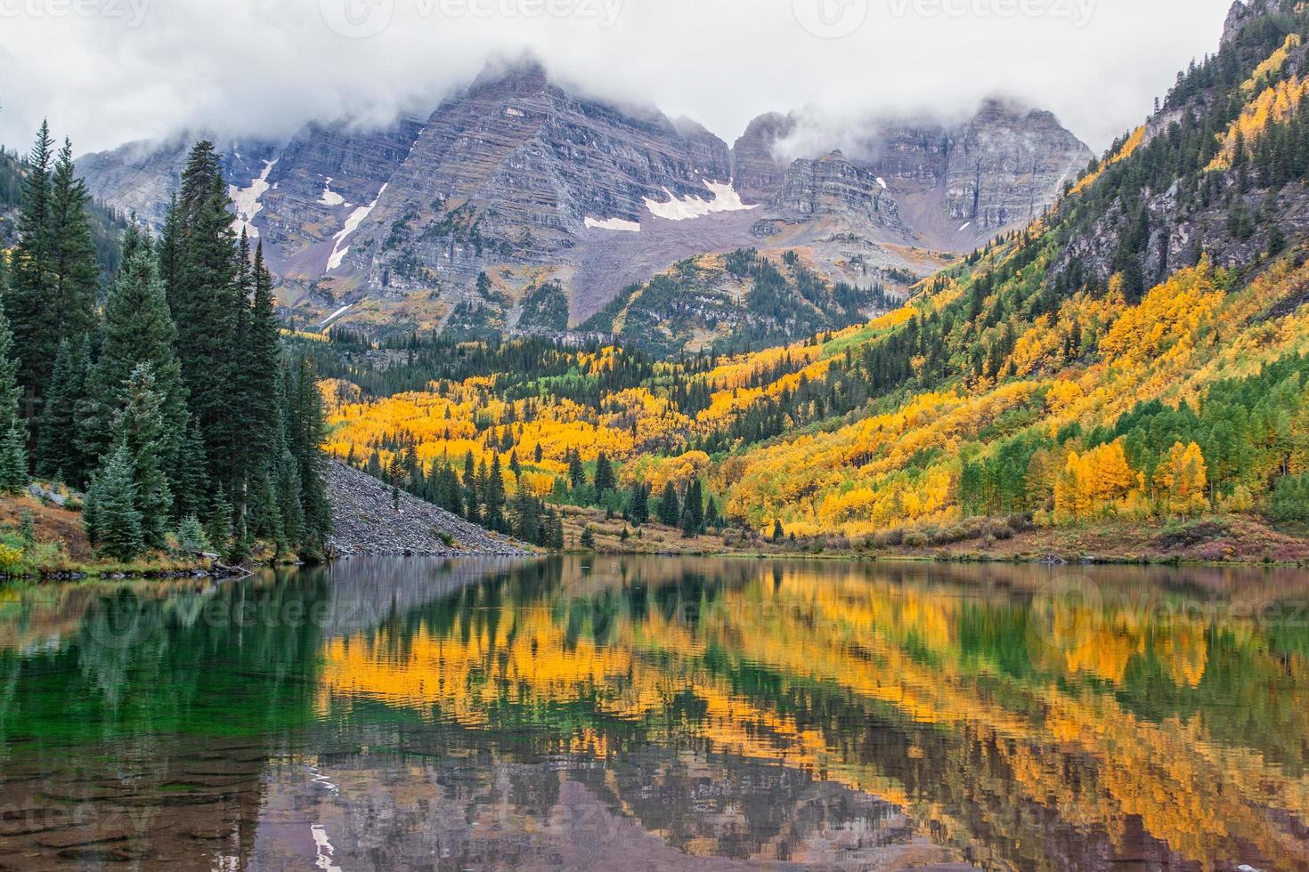 kastanjebruin klokken landschap in de herfst foto