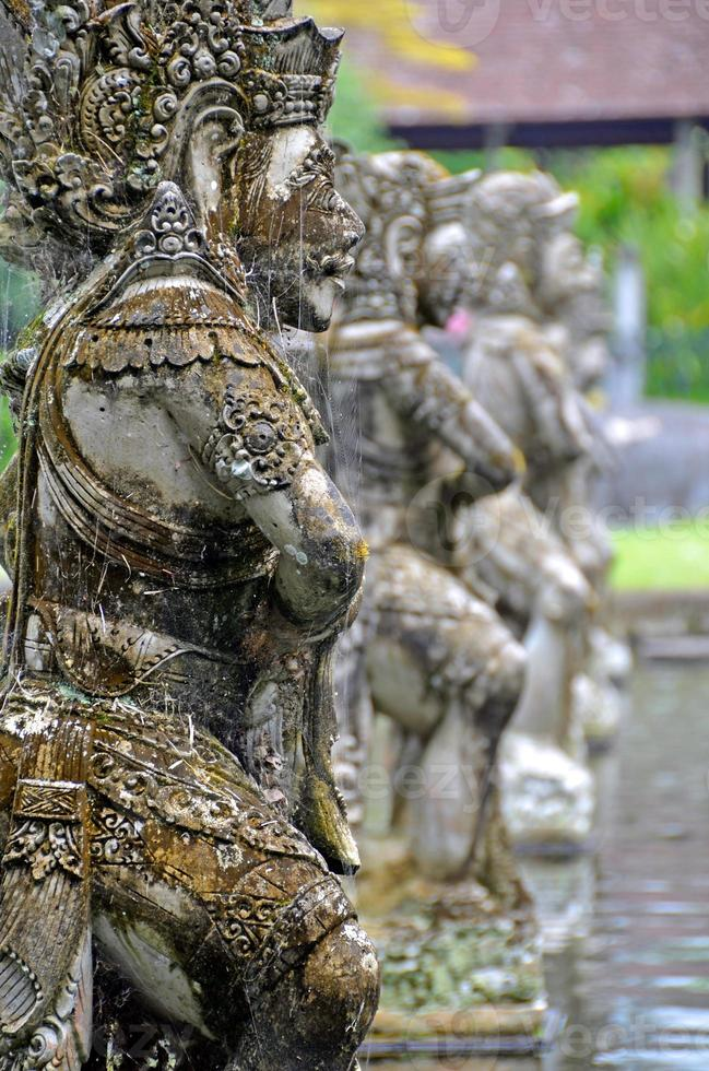 rij van stenen sculpturen op tirtagangga waterpaleis foto