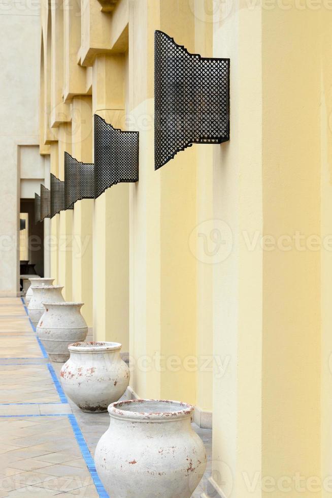 rij van keramische vazen op straat, dubai foto