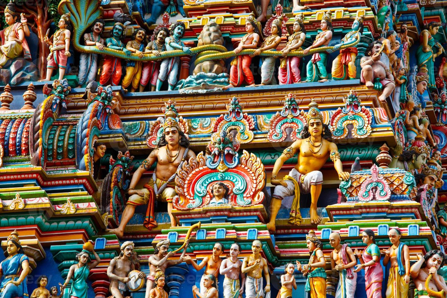 kleurrijke gopuram toren van hindoe-tempel foto