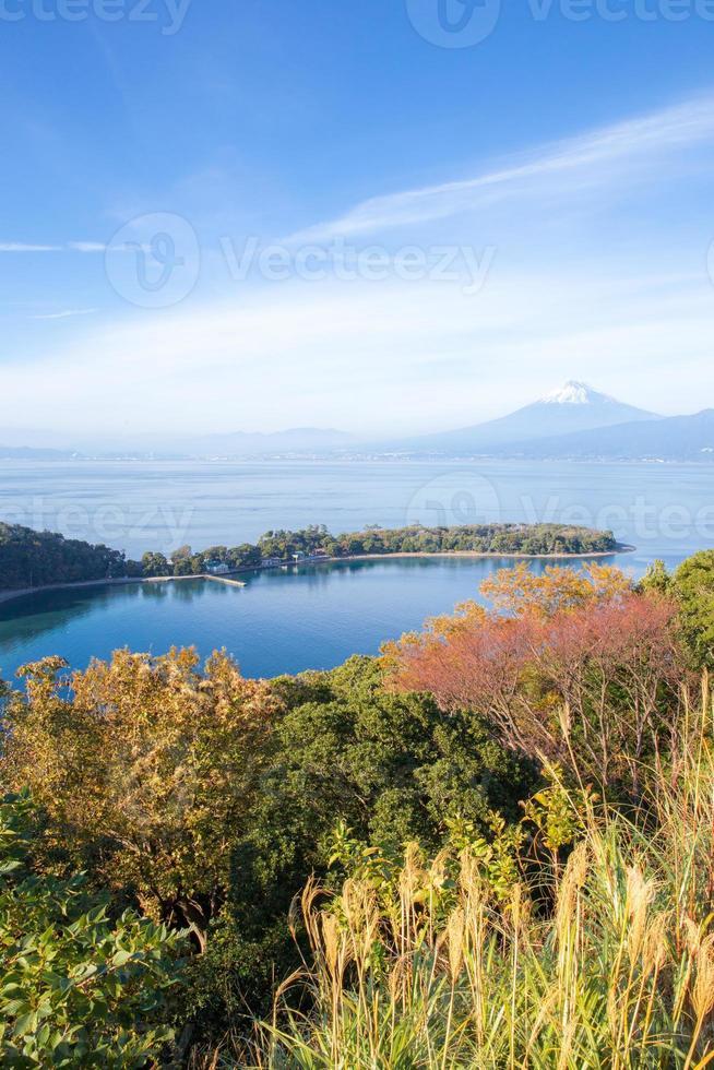 mt. fuji gezien vanaf het schiereiland izu foto