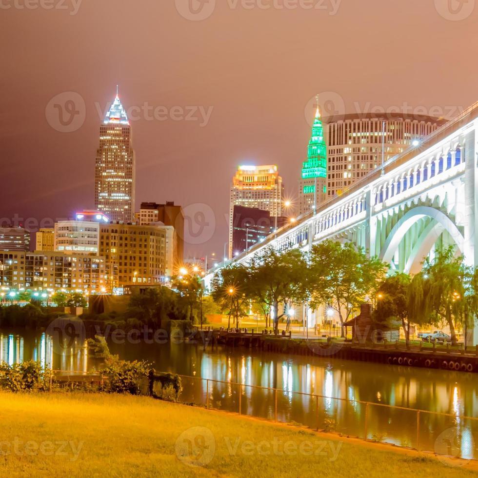 Cleveland centrum op bewolkte dag foto
