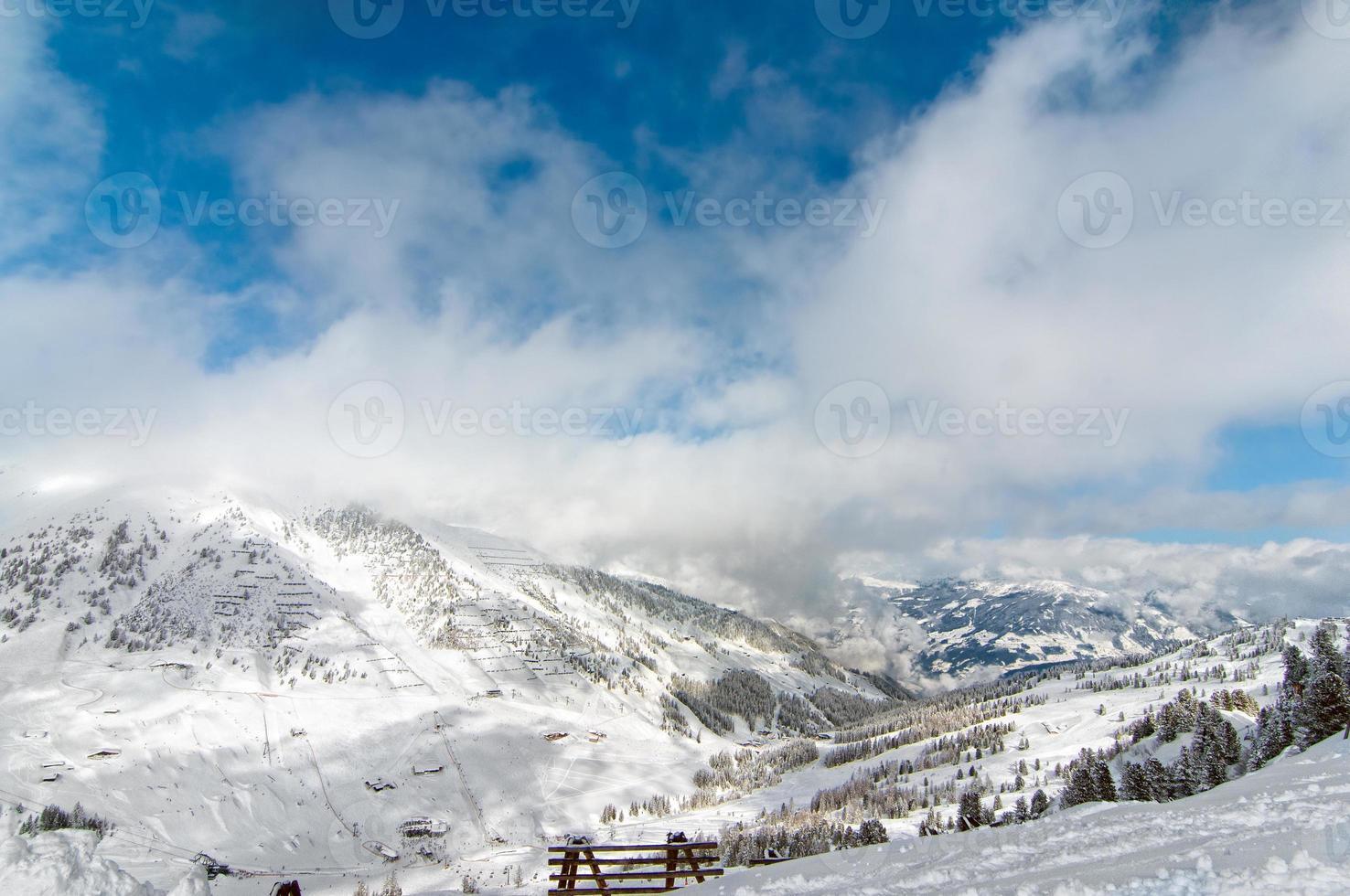 schilderachtig winter wonderland besneeuwd behang foto