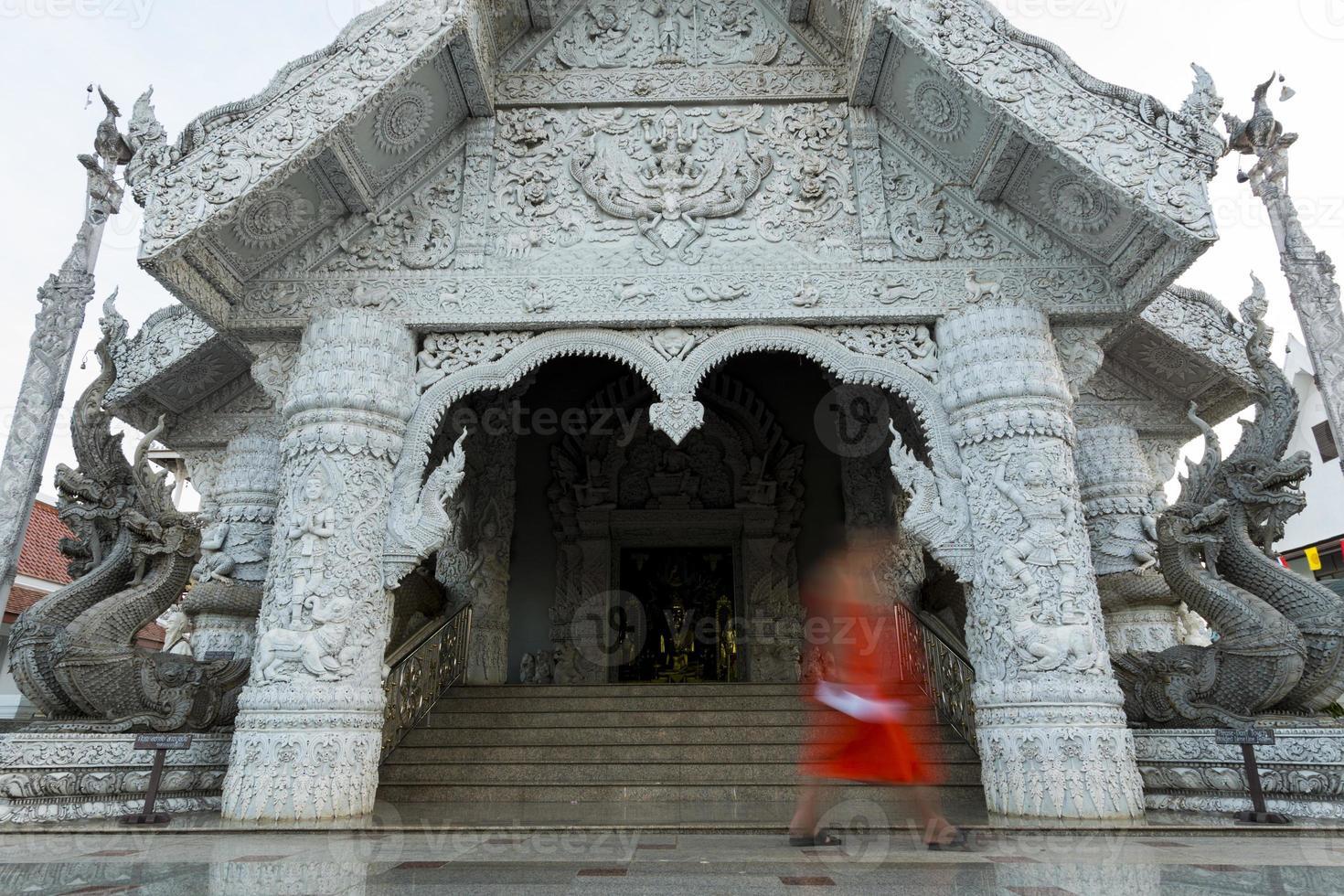 vorm van monnik bij tempel in Thailand foto