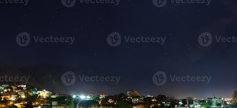 nacht uitzicht op avila berg in caracas, venezuela foto