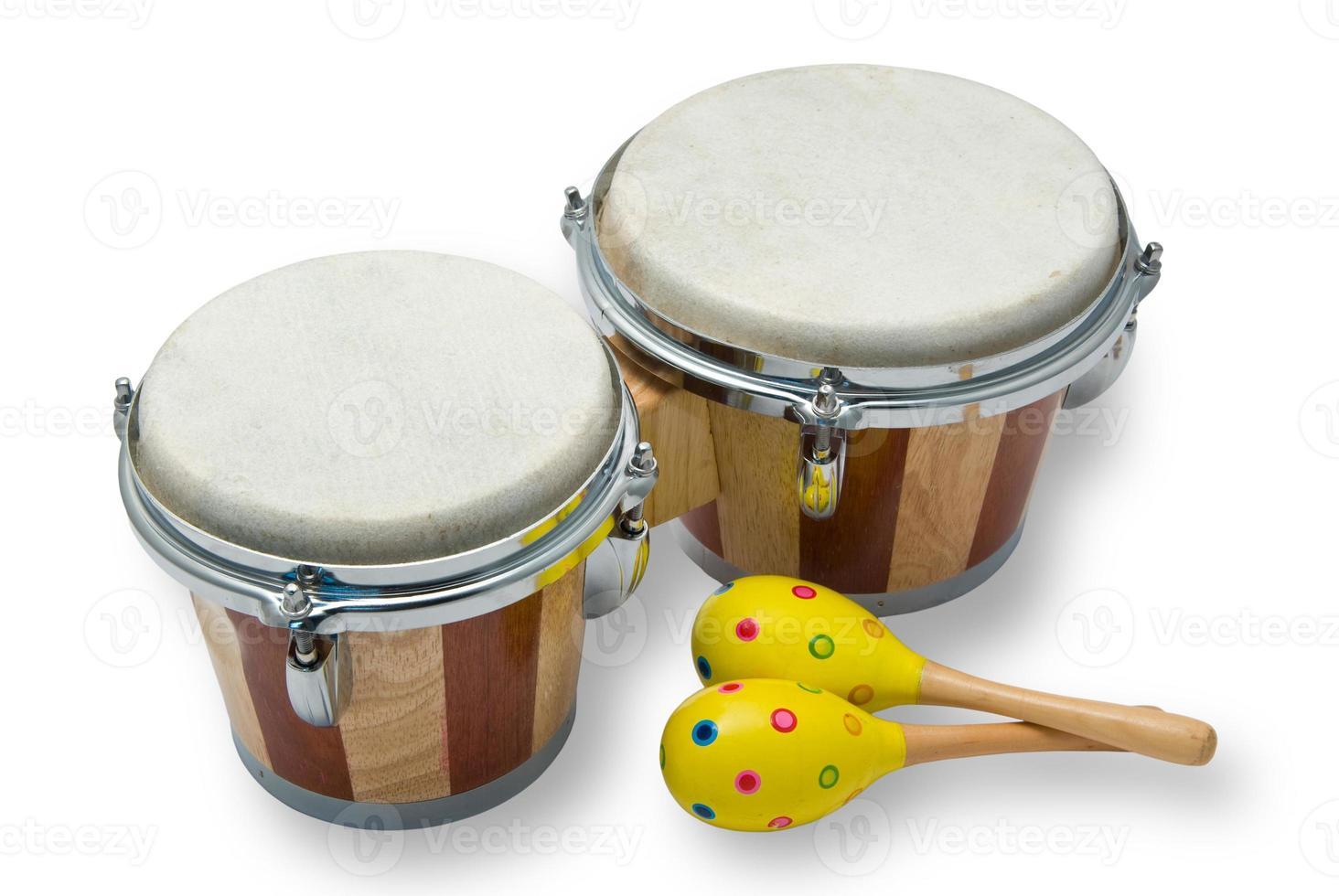 bongo drums en maracas op wit wordt geïsoleerd foto
