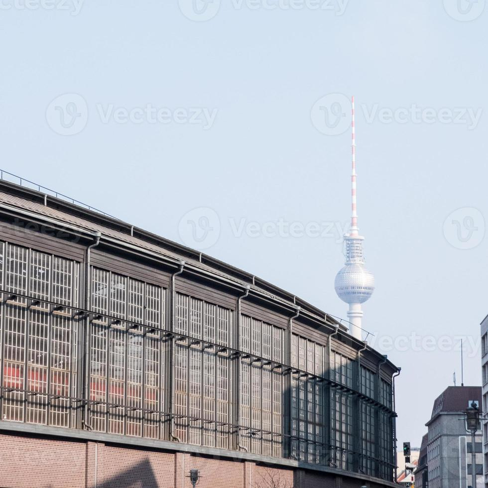 Friedrichstrasse met fernsehturm in Berlijn foto