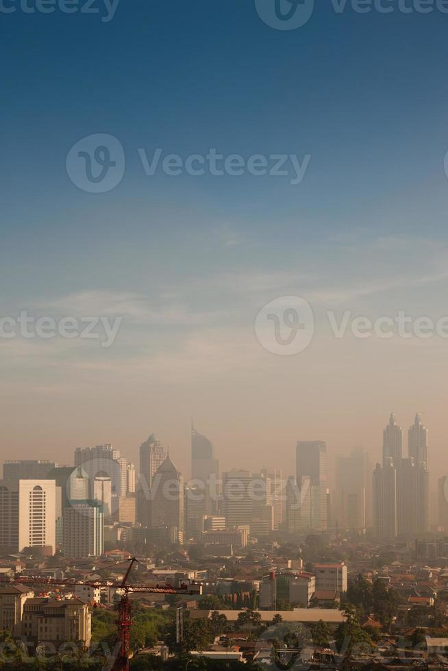 smog dome over een grote stad foto