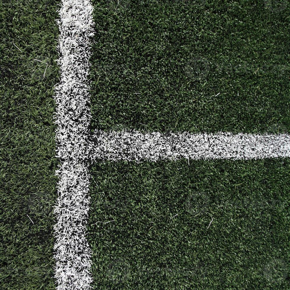 voetbal of voetbalveld met witte limietlijnen foto