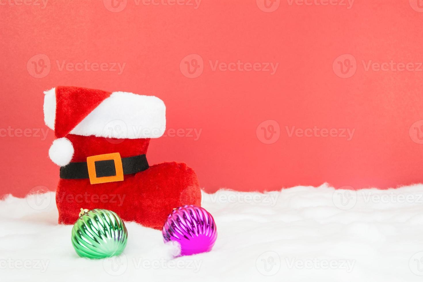 santalaarzen en witte Kerstmisballen op rode achtergrond, concept foto