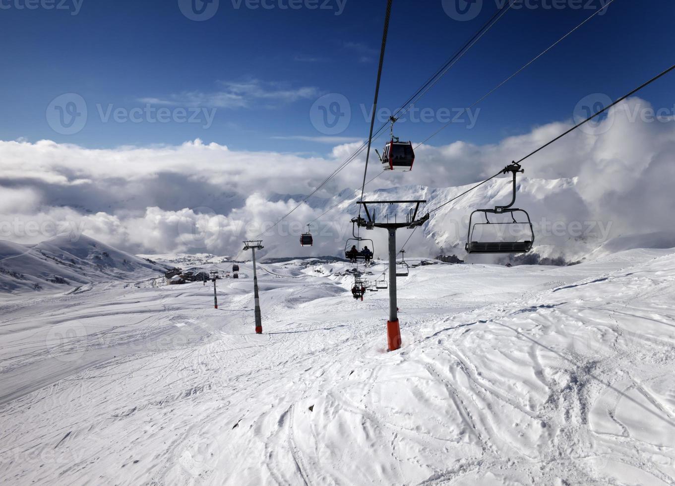 gondel en stoeltjeslift in skigebied foto