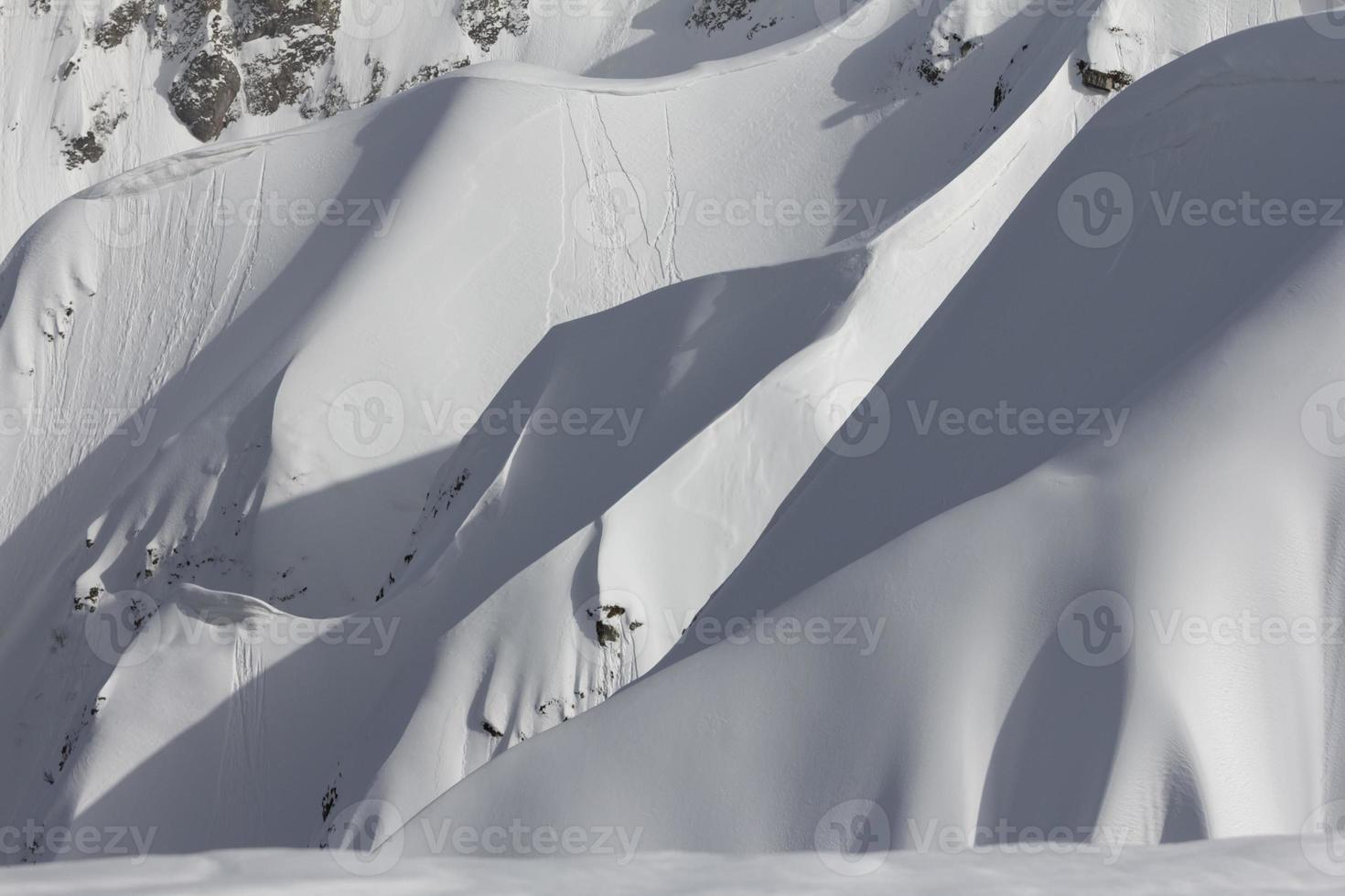 besneeuwde berghelling foto