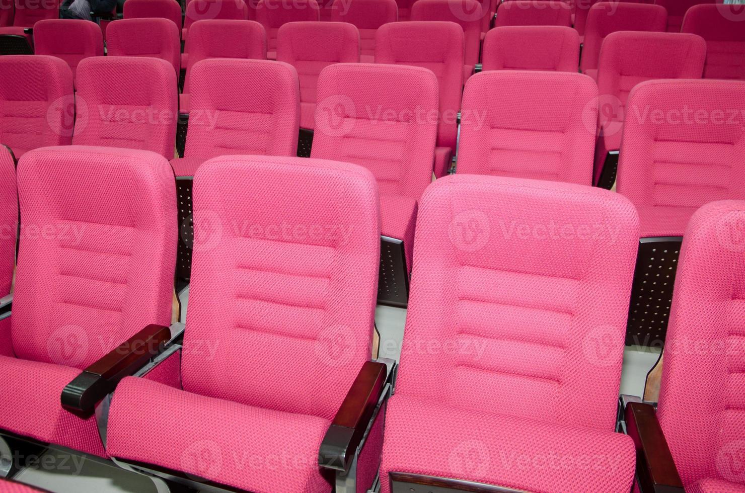 vergaderzaal met rode lege stoelen foto