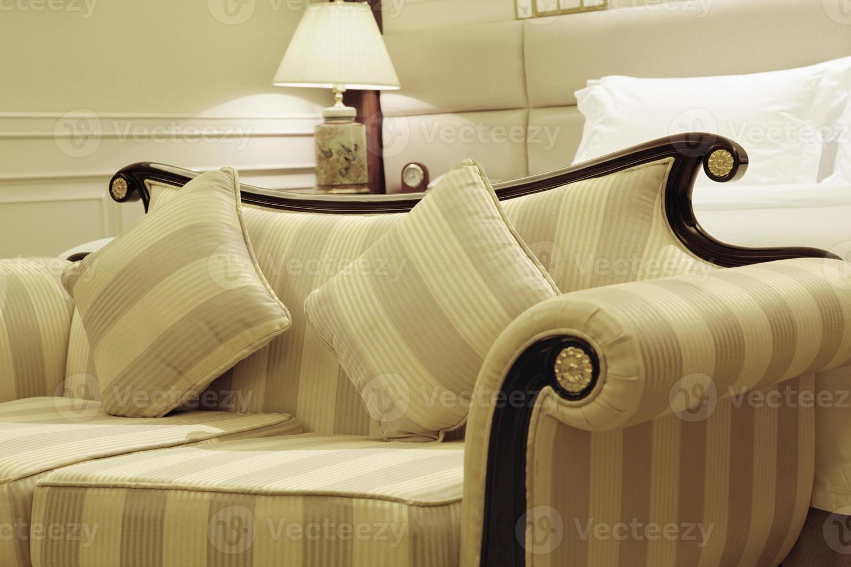 geel gestreepte bank met twee stoelen foto
