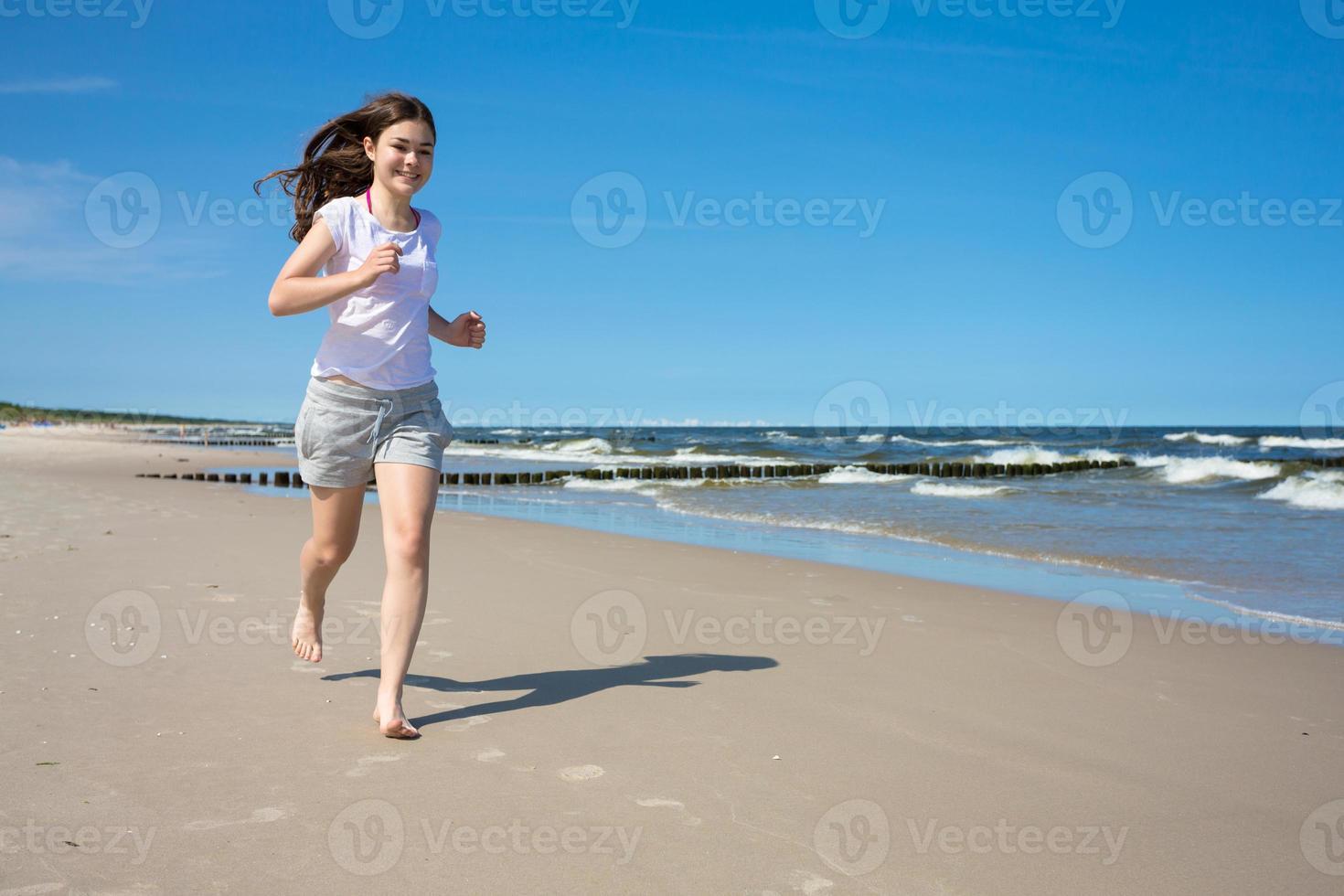 meisje draait op strand foto