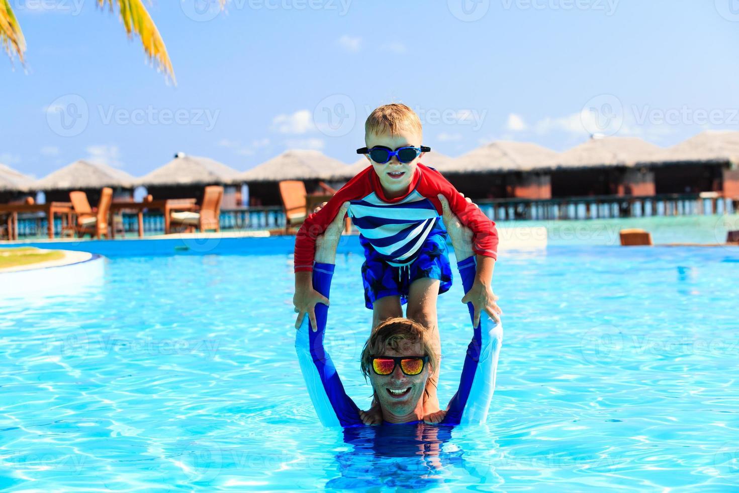 vader en zoon plezier in zwembad foto