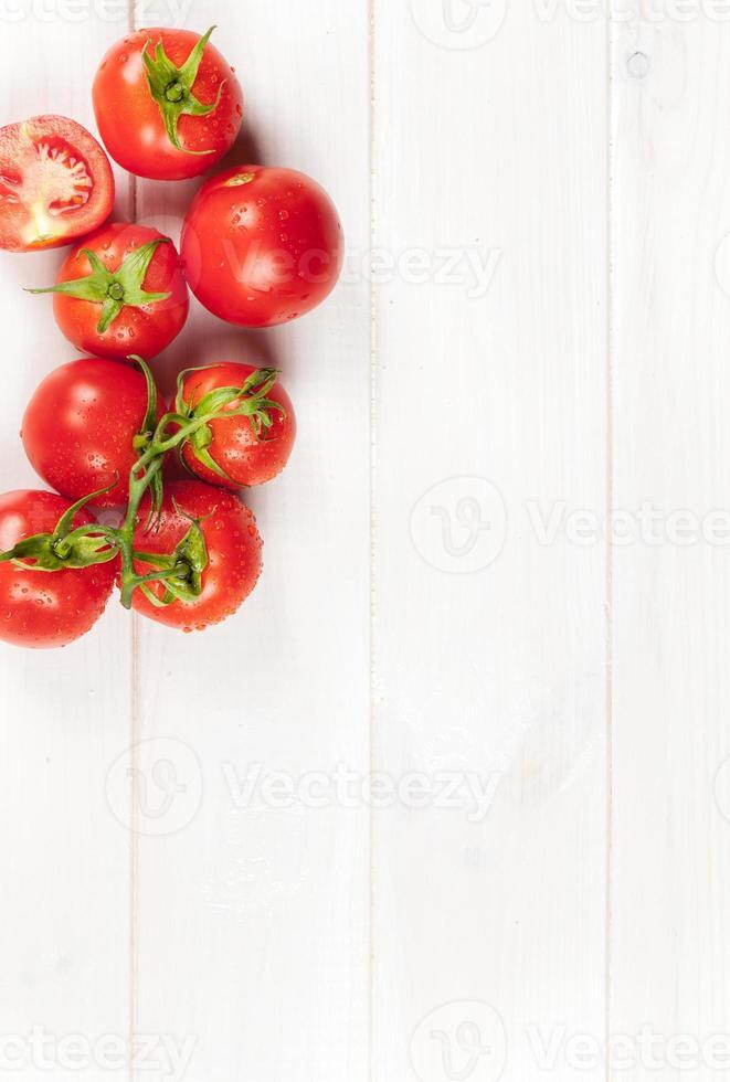 rode tomaten op houten tafel foto