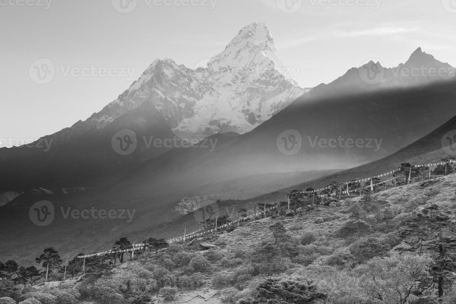 b & w ama dablam bergtoppen ochtendmist, tengboche dorp, nepal. foto