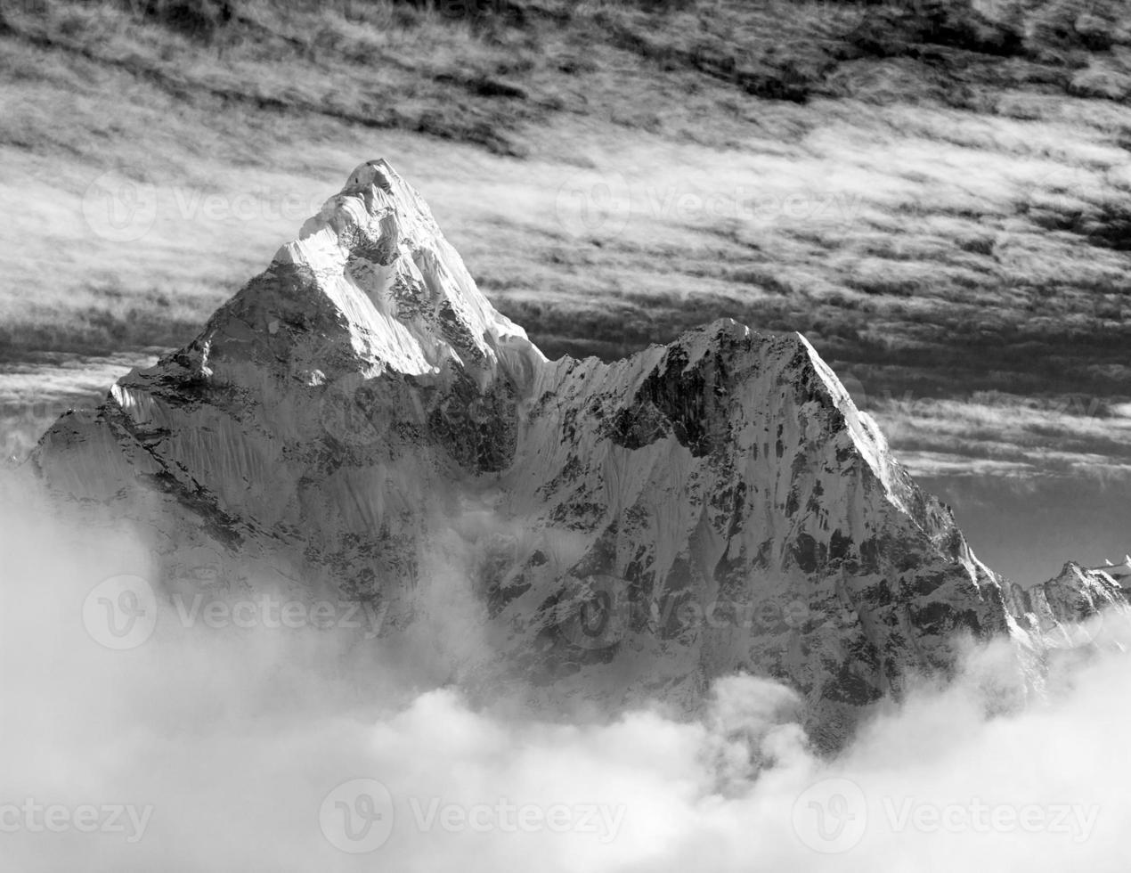 zwart-wit weergave van ama dablam met en prachtige wolken foto