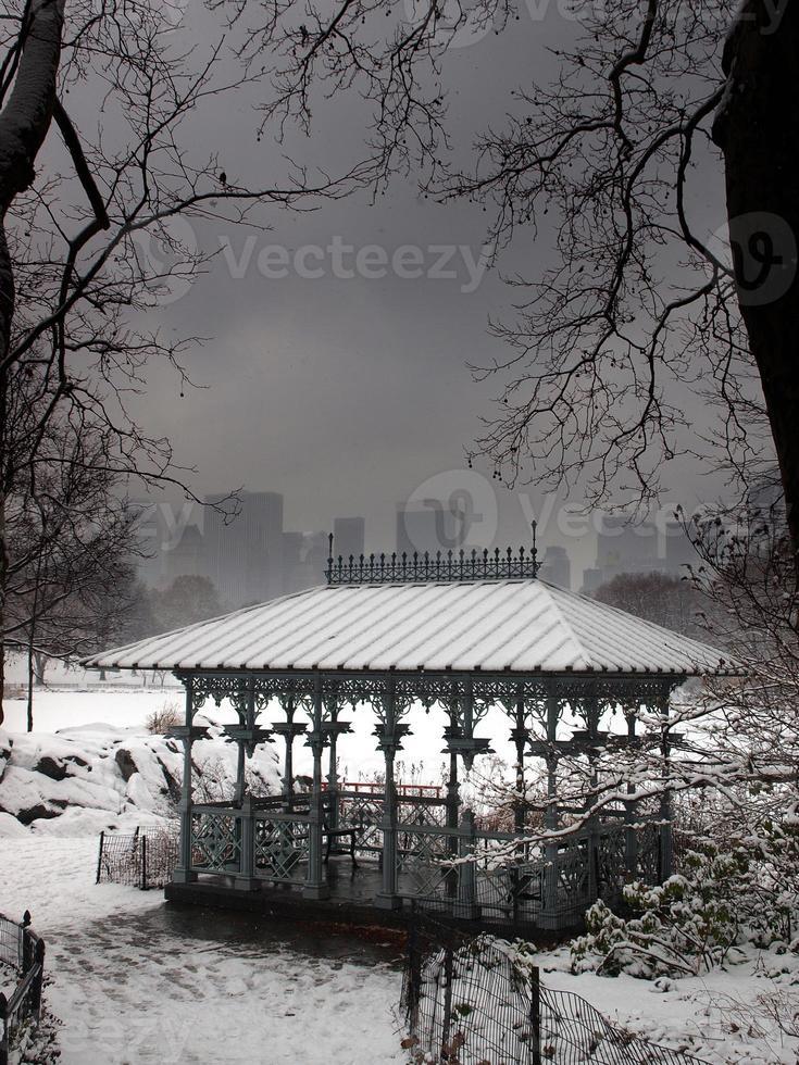sneeuw van de winter bedekt het damespaviljoen in Central Park. foto