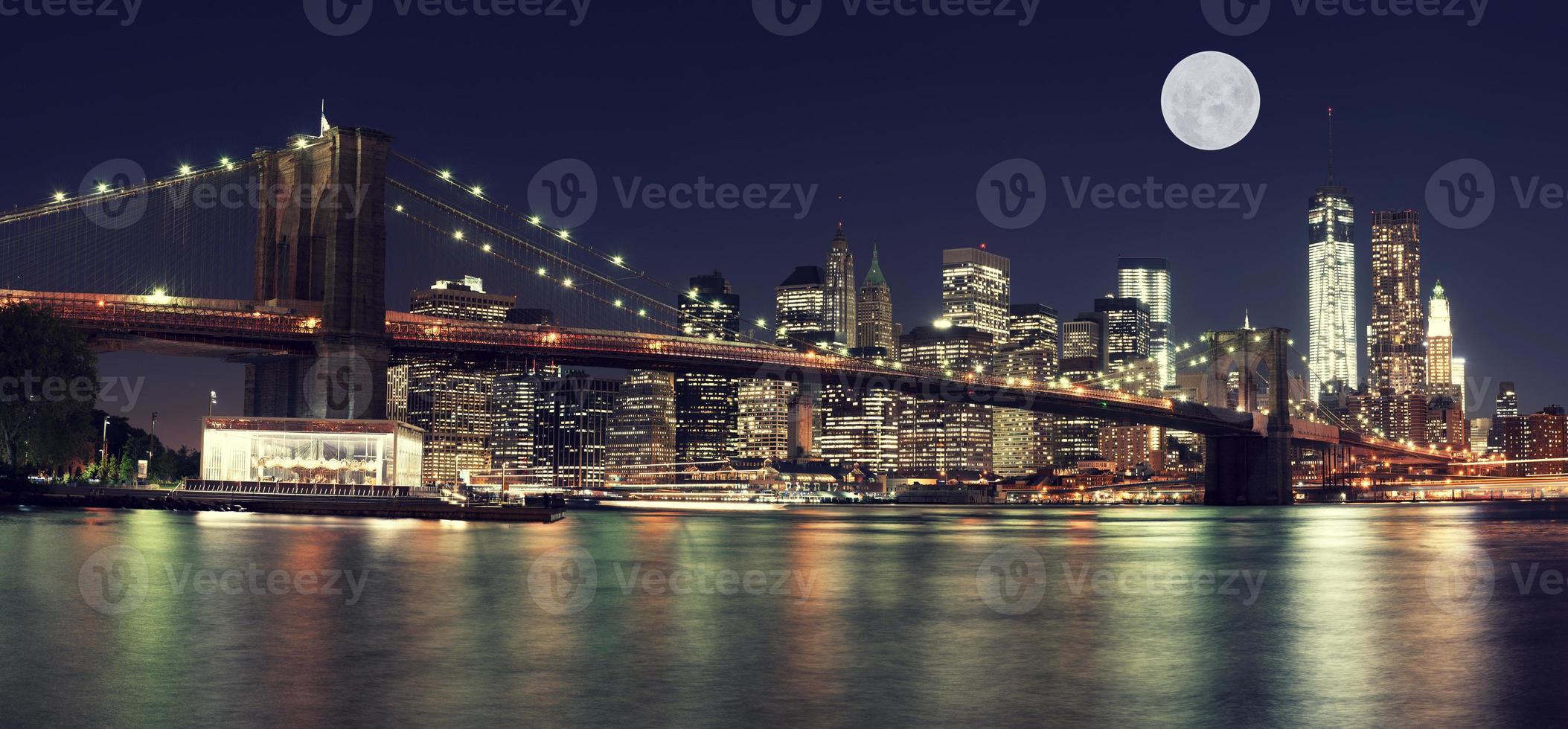skyline van new york's nachts met maan foto