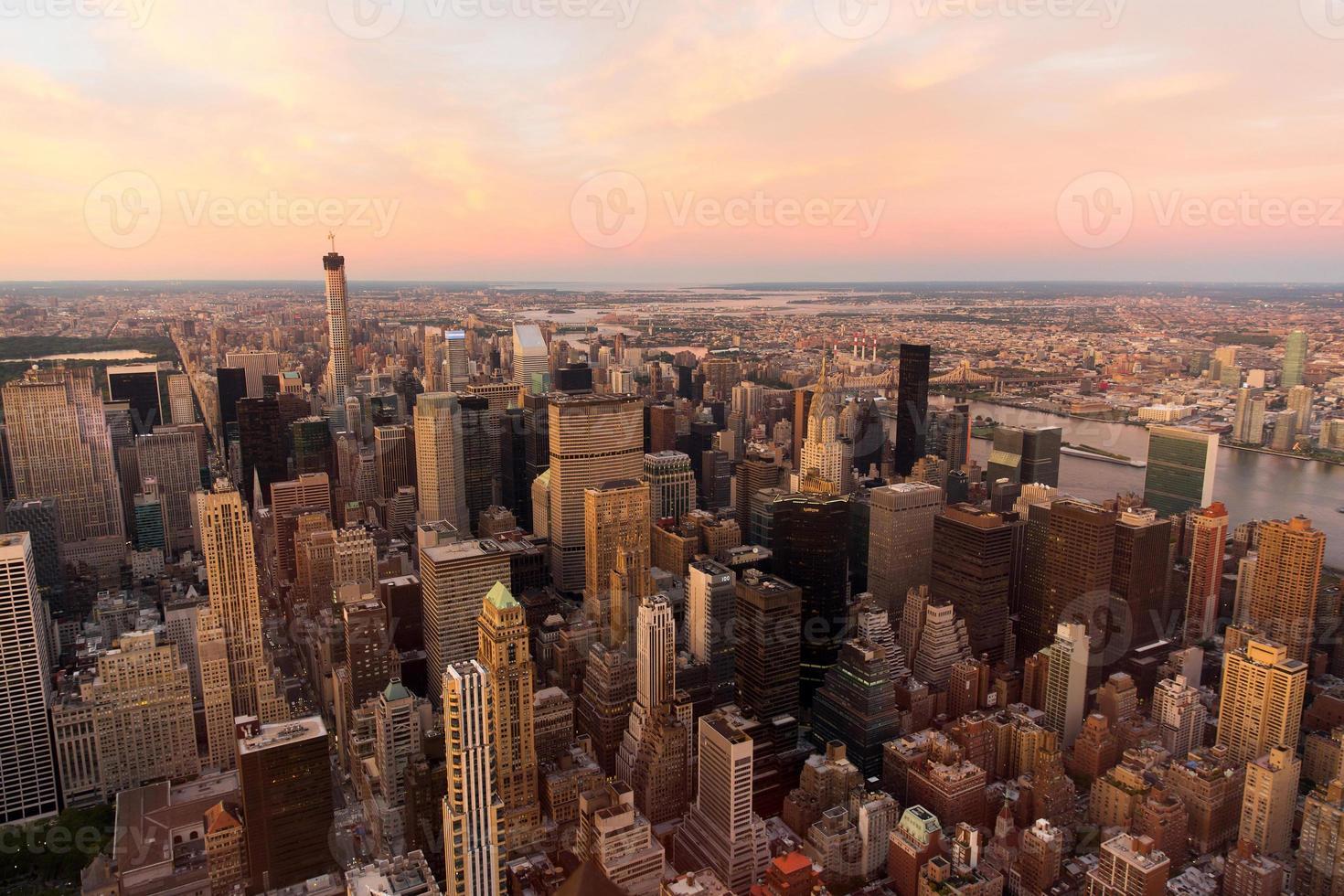 nyc met stedelijke wolkenkrabbers bij zonsondergang foto