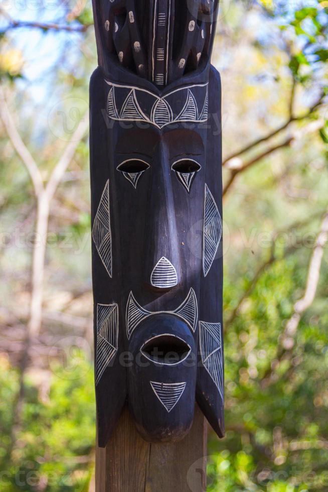 Afrikaanse maskers houten totem sculpturen foto