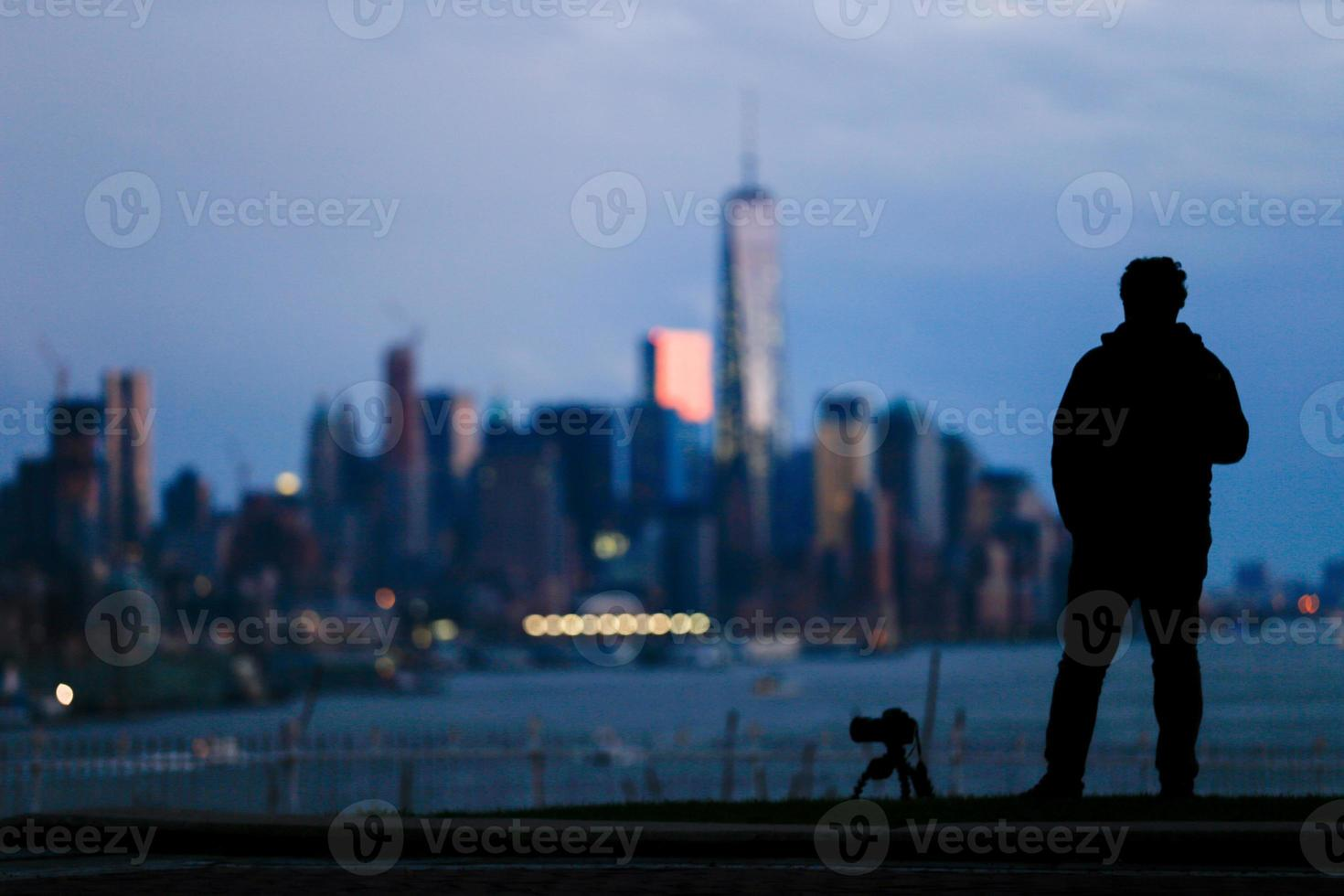 silhouet van fotograaf man en camera statief foto