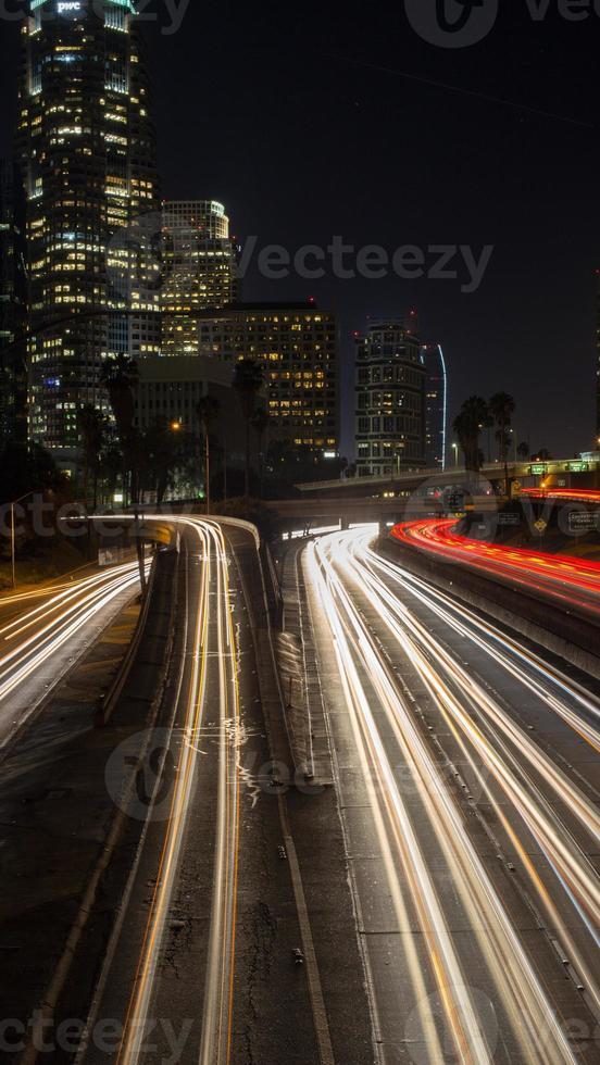 nachtleven, stadslicht, in de binnenstad van Californië foto