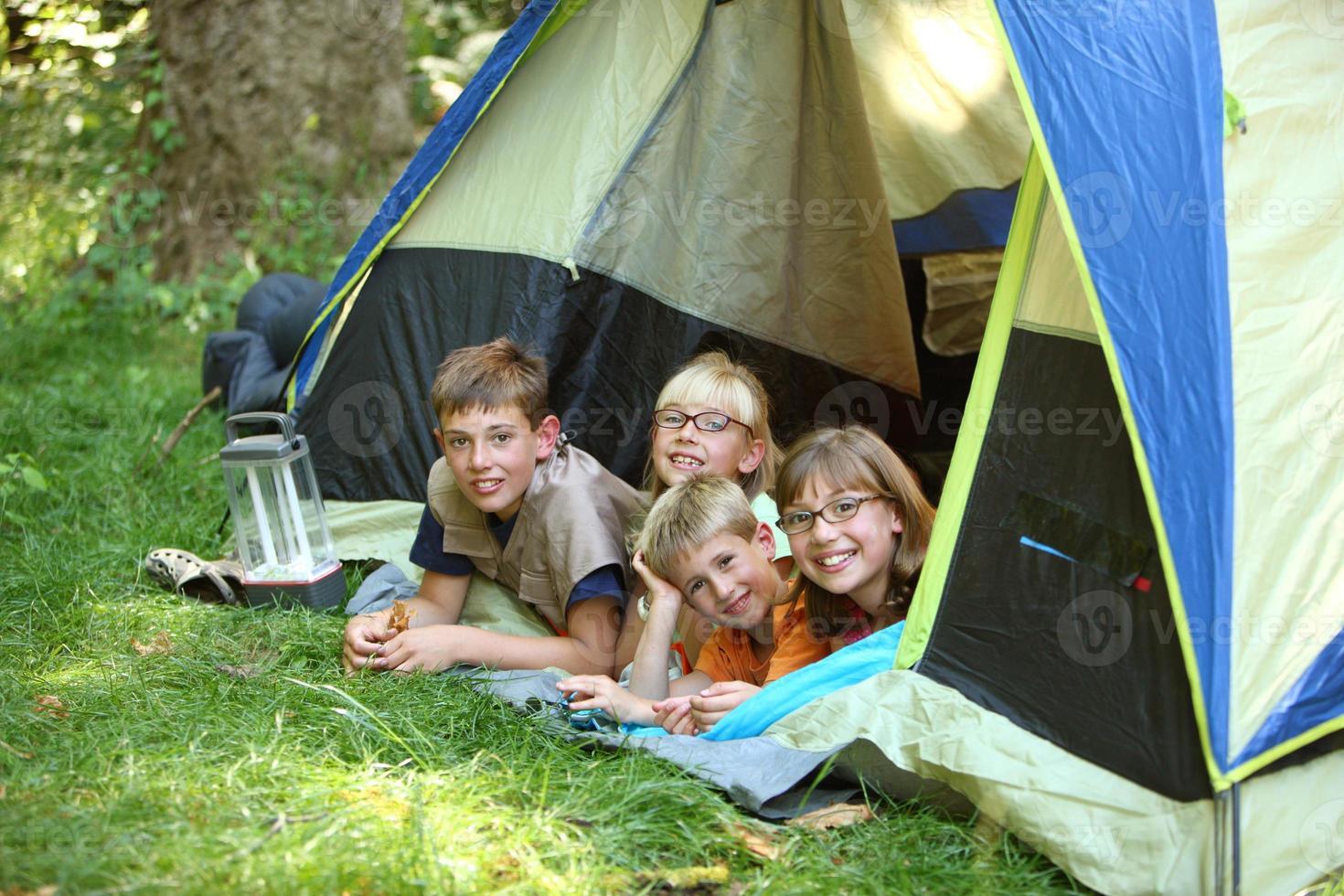 groep kinderen in tent foto