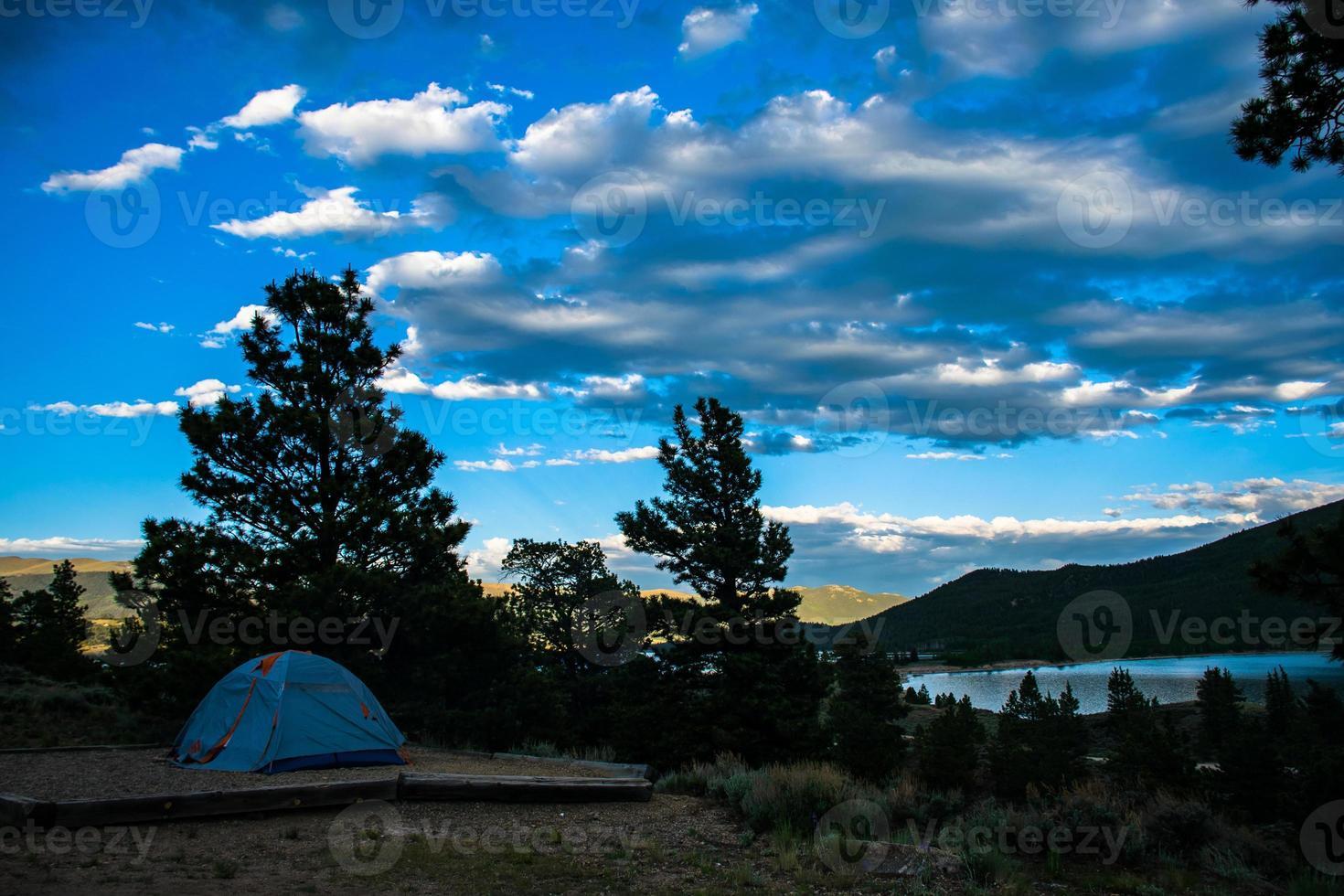wildernis kamperen in eenzaamheid naast de Twin Lakes Colorado foto