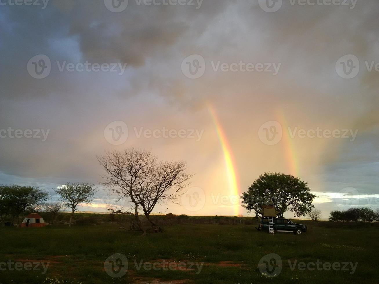 dubbele regenboog boven camping foto