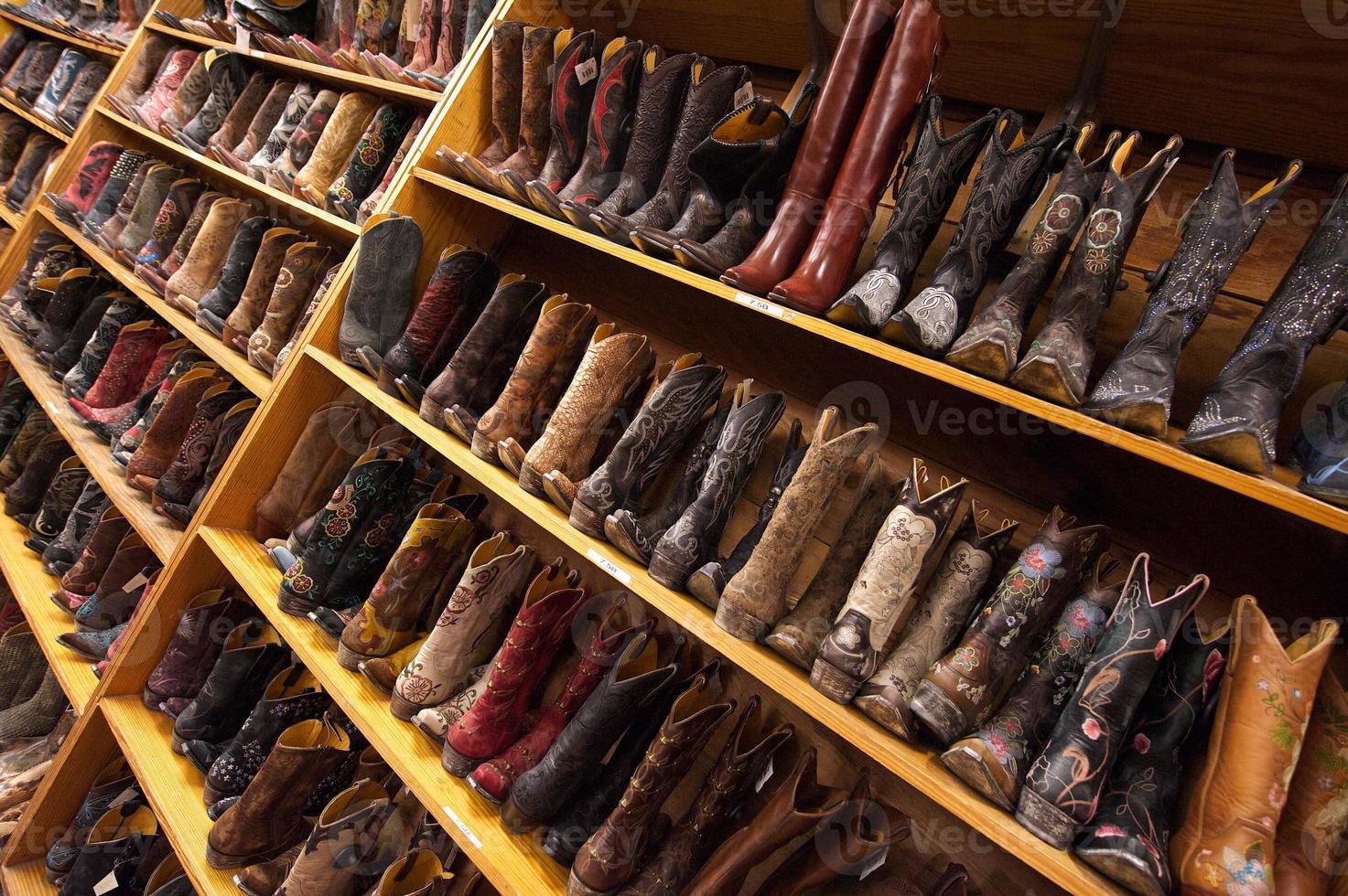 dames cowboylaarzen staan op de planken, austin, tx, us foto
