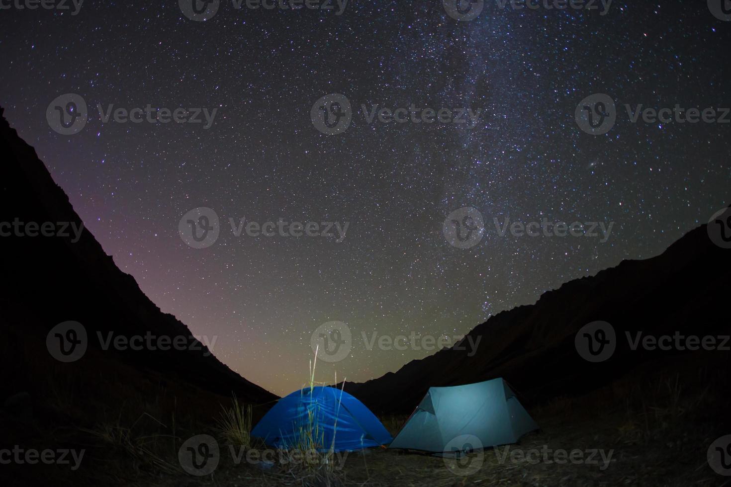 nacht kamperen onder de sterrenbergen foto