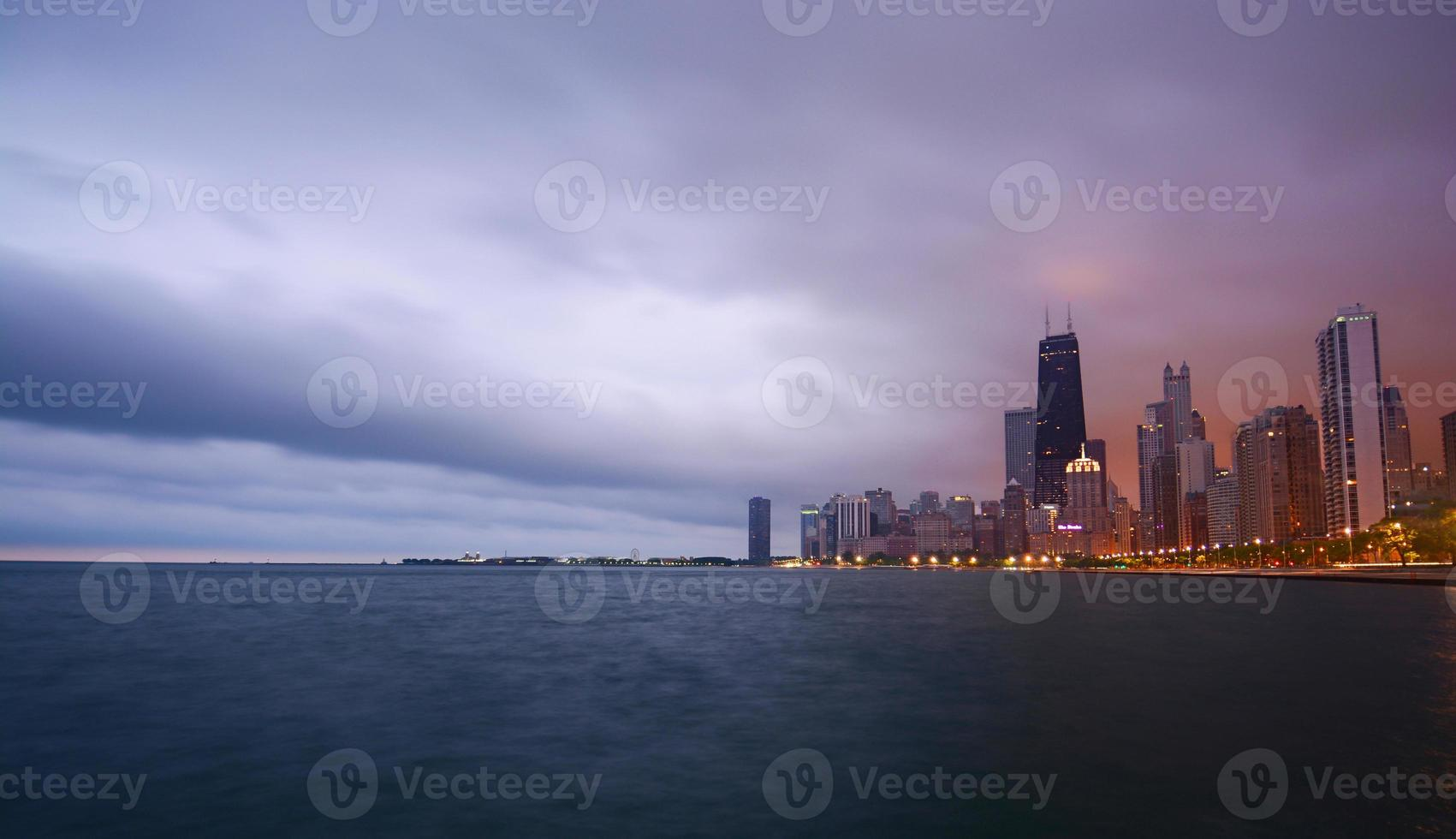 Chicago stadsgezicht paarse luchten foto