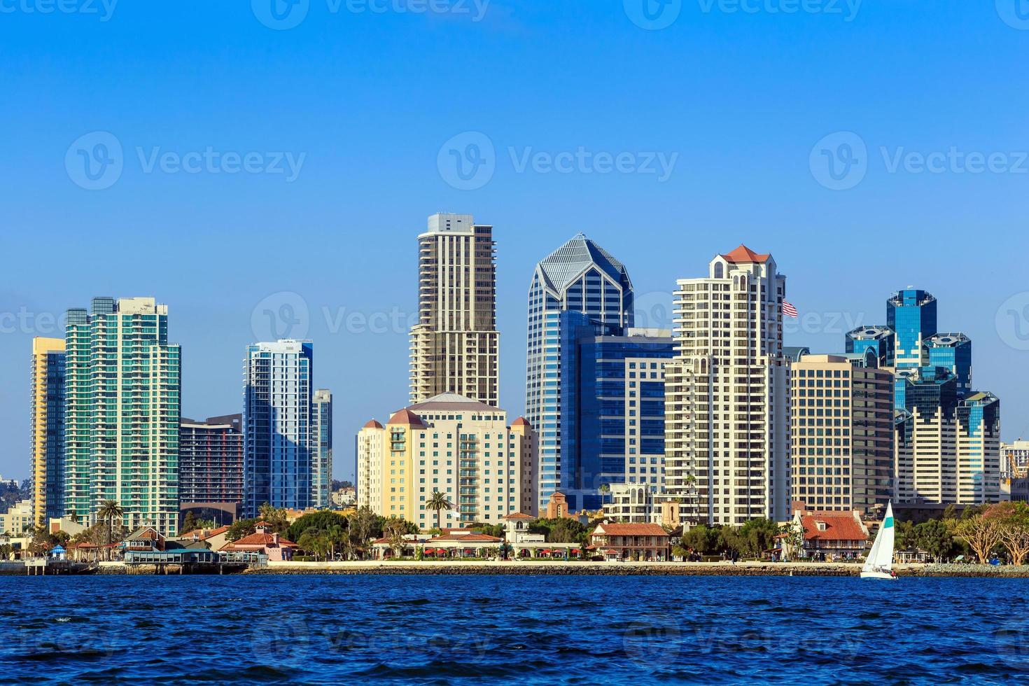 skyline van San Diego, Californië van Coronado Bay foto