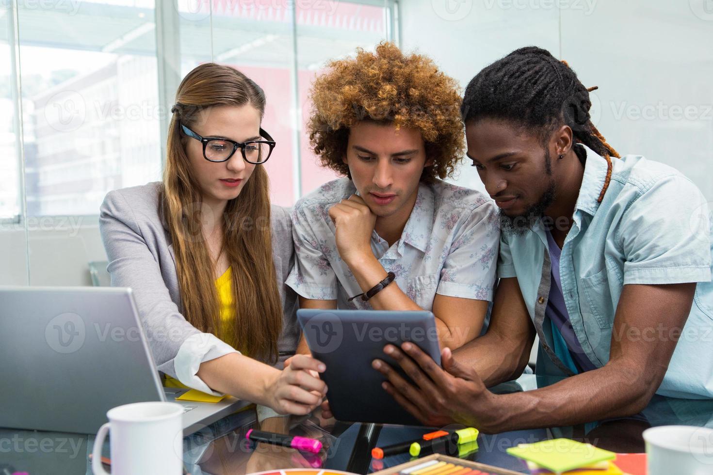 creatieve zakenmensen kijken naar digitale tablet foto