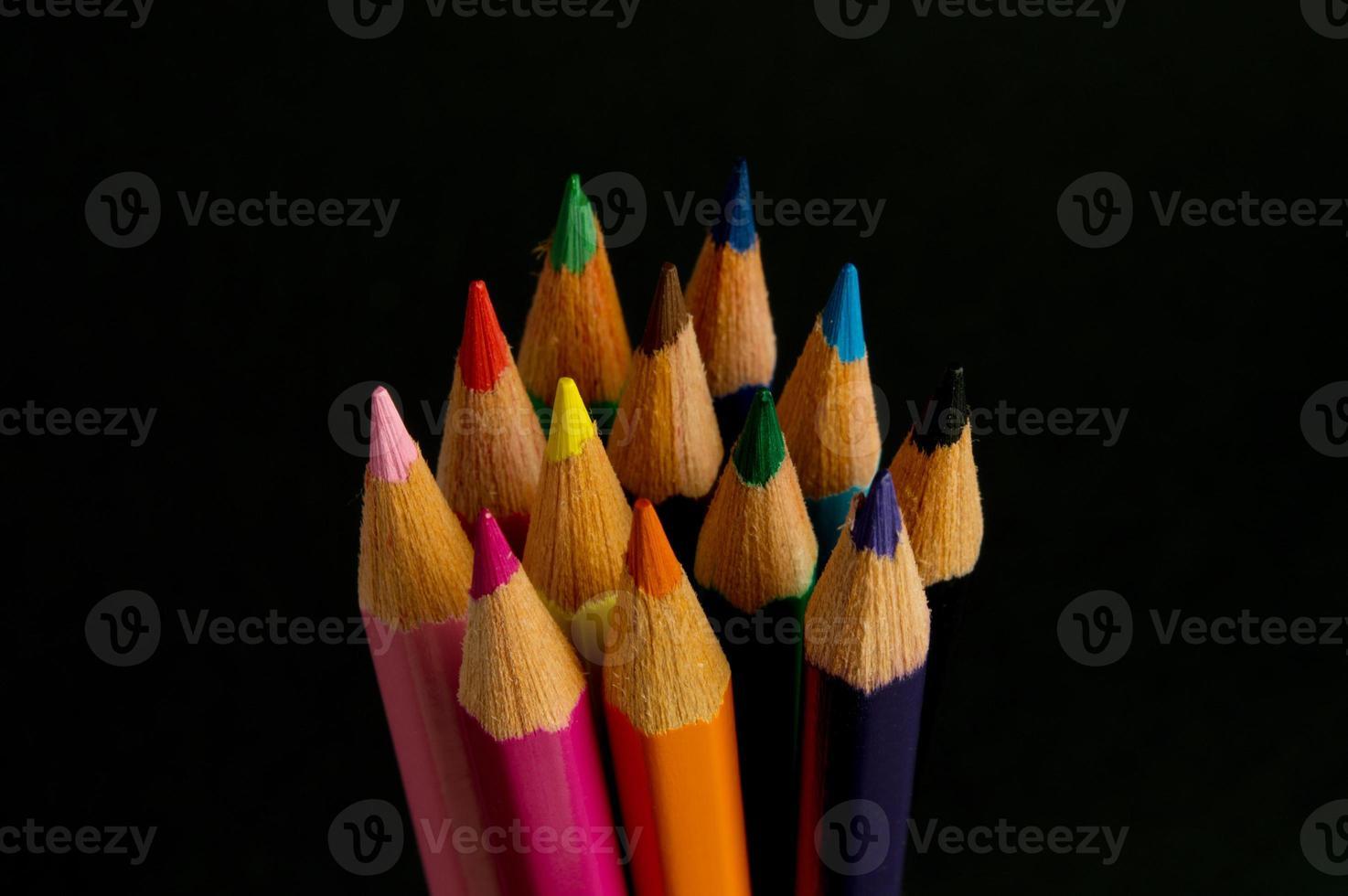 kleur potloden geïsoleerd op zwart foto