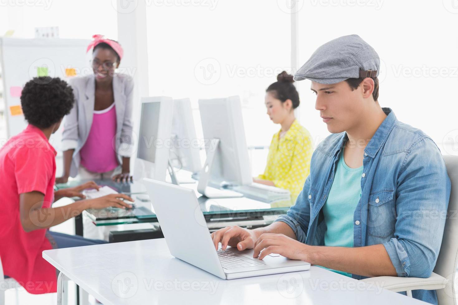 jonge creatieve man met laptop aan balie foto