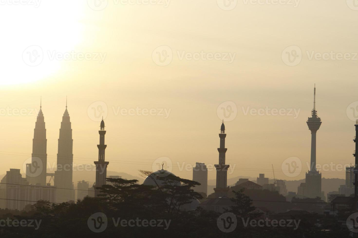 uitzicht op de wolkenkrabbers van Kuala Lumpur bij zonsopgang foto