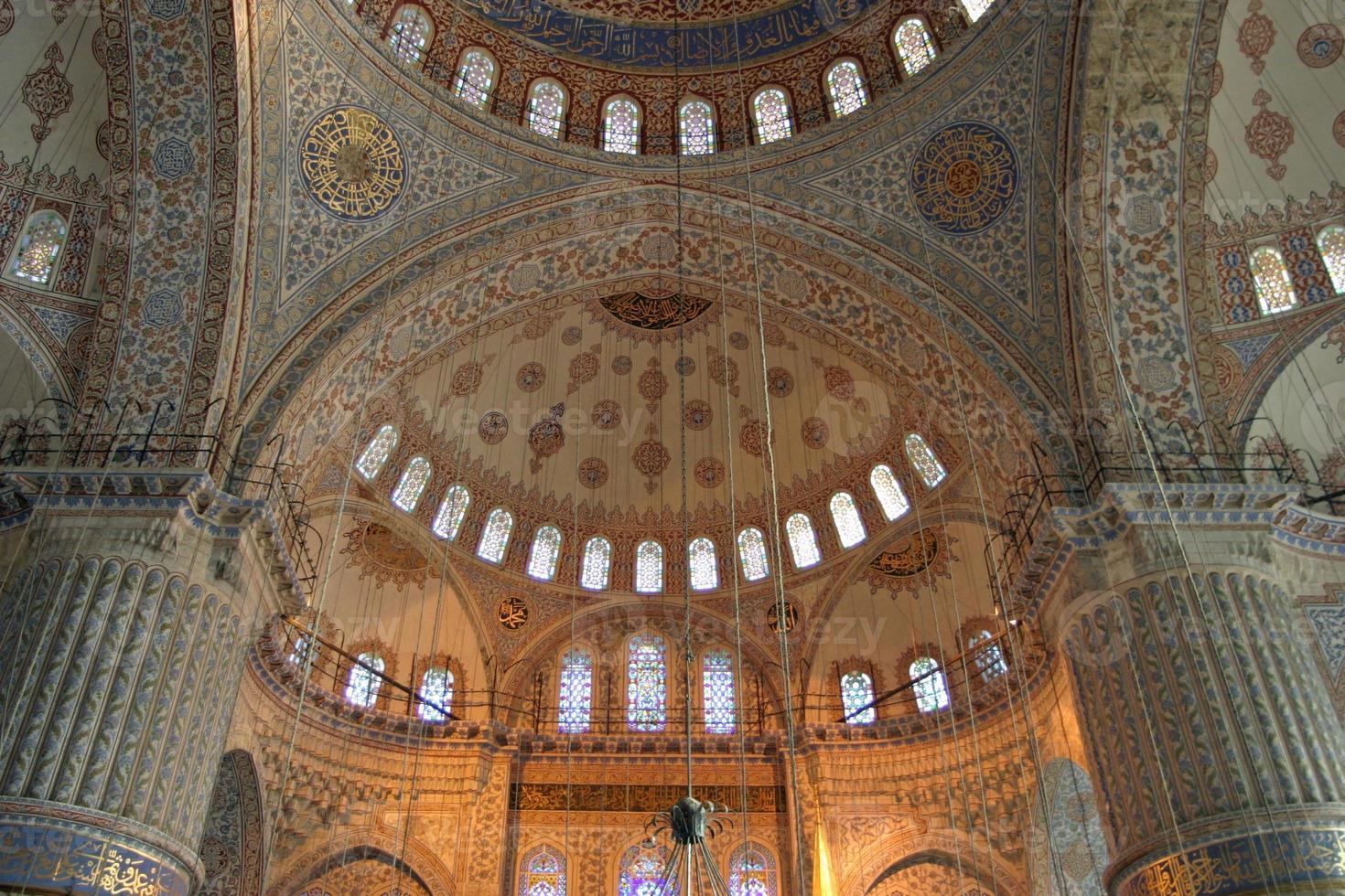 Binnenaanzicht van blauwe moskee in istanbul, turkije foto