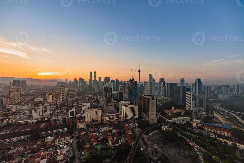 kuala lumpur skyline tijdens schemering foto