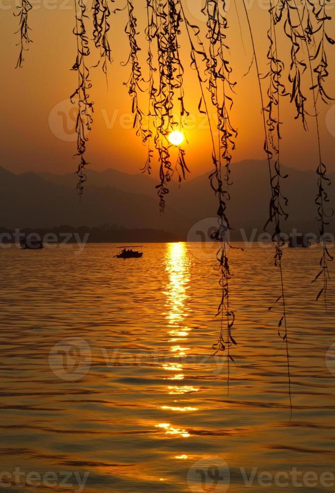 zonsondergang in Hangzhou China van het het westenmeer foto