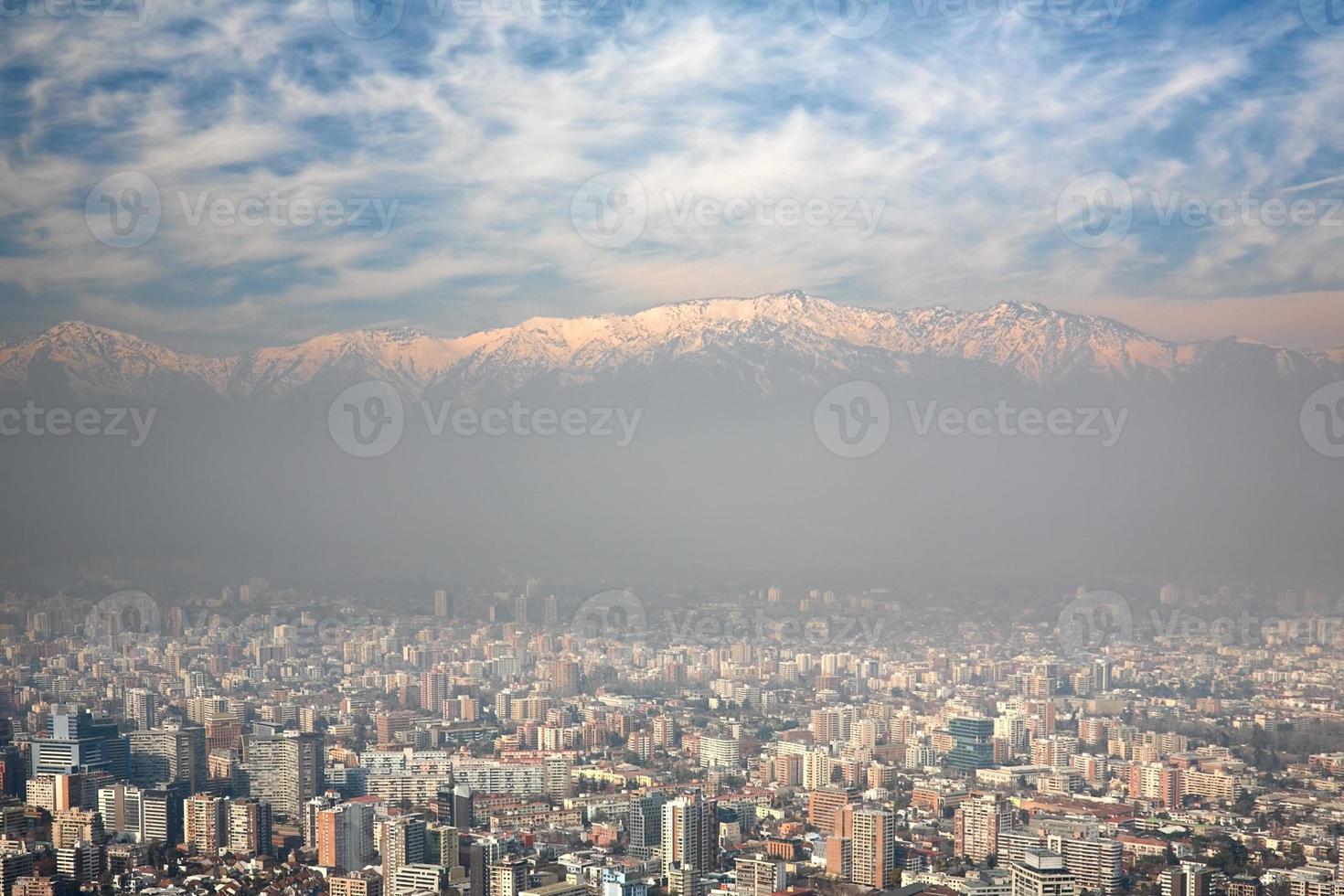 het Andesgebergte torent uit boven Santiago, Chili foto