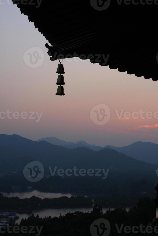 zonsondergang van pagode foto