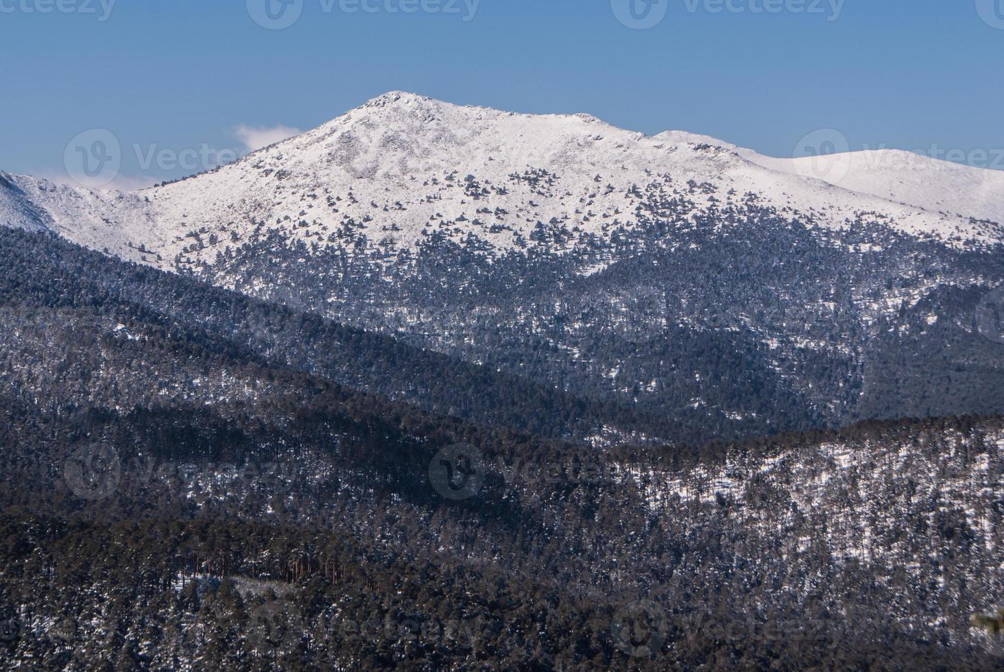 "besneeuwde bergen en ""bola del mundo"" in navacerrada, madrid, spanje foto"