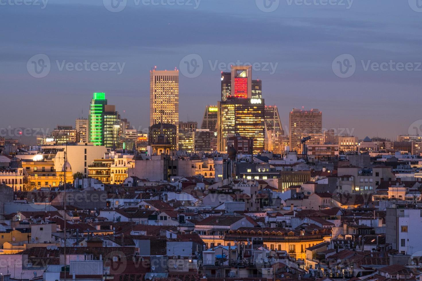 Madrid skyline bij zonsondergang foto